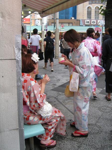 天氣太熱,浴衣女孩直接坐在路邊就吃起冰淇淋