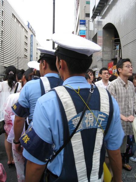 日本警視廳派出大批維安警力,英姿煥發