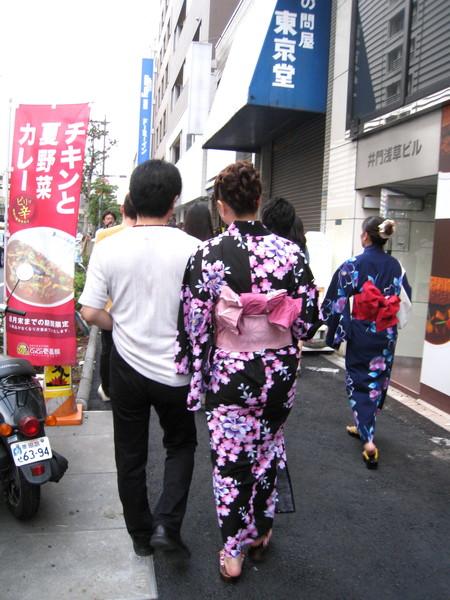 在前往會場沿路,我觀察到的現象:正妹身邊總有個遜男