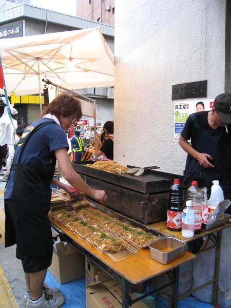 花火大會出現最頻繁的國民小吃,莫過於日式炒麵