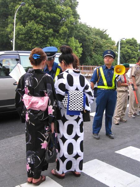 隅田川沿線可賞花火的區域很大,不少人會迷路,幸好到處都是警察
