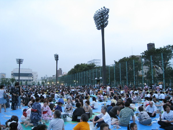 大白帶我進了賞花火的超級黃金地段:隅田公園野球場