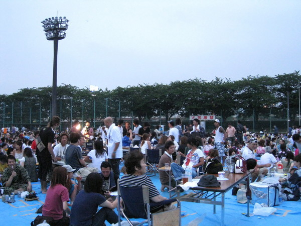 煙火從七點十分開始施放,在那之前大家就邊喝啤酒邊野餐等天黑