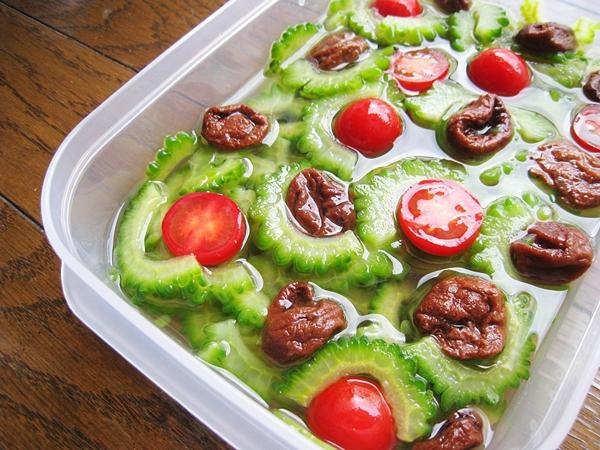 浸泡中的梅漬番茄