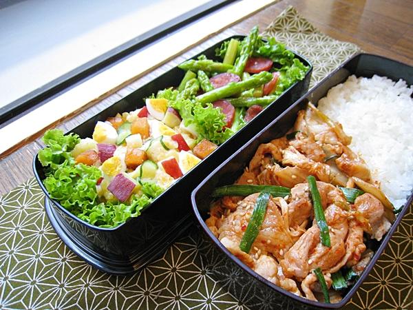 愛妻便當圖解第十三發:泡菜炒豬肉、香腸炒蘆筍、甜柿洋芋蛋沙拉