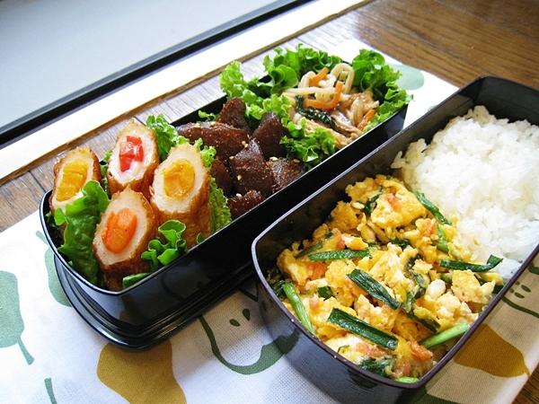 愛妻便當圖解第十六發:明太子韭菜炒蛋、彩蔬起司竹輪、香辣蒟蒻、切干大根小松菜煮物