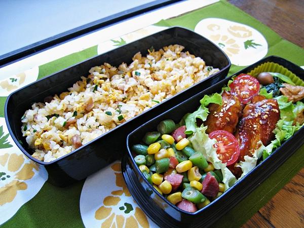 愛妻便當圖解第22發:豆乳雞、菜脯蛋炒飯、玉米四季豆炒香腸、土豆麵筋青江菜