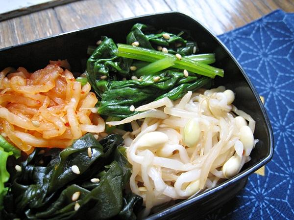 韓式涼拌小菜:白蘿蔔絲、菠菜、黃豆芽、海帶芽