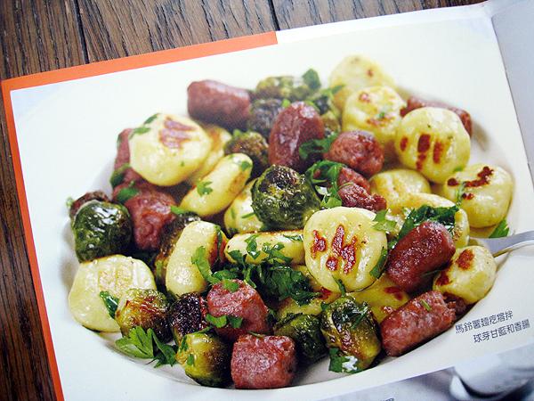 馬鈴薯麵疙瘩拌球芽甘藍和香腸