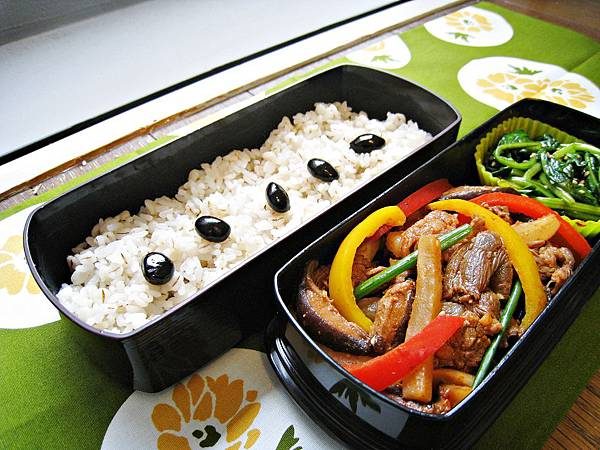 愛妻便當圖解第26發:香辣大根甜椒炒牛肉、涼拌菠菜、黑豆麥飯