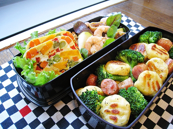 愛妻便當圖解第27發:馬鈴薯麵疙瘩拌香腸花椰菜、陶罐風野菜蒸糕、無花果洋梨鮮蝦沙拉
