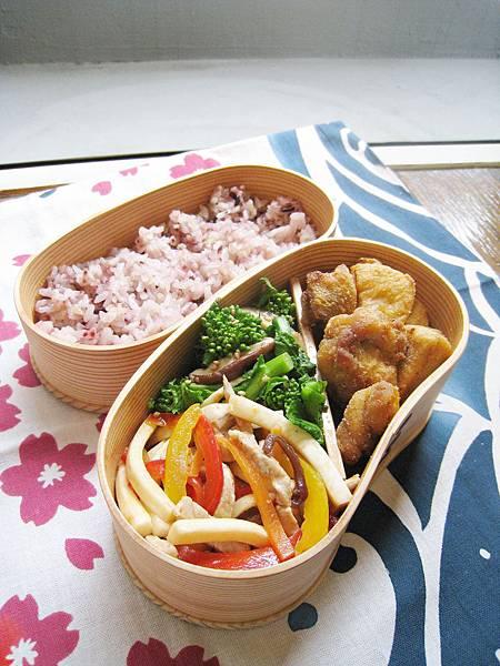 愛妻便當圖解第34發:茭白筍炒肉絲、油菜花炒鮮菇、酥烤日式雞塊、五榖米飯