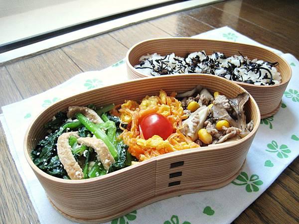 愛妻便當圖解第36發:豆皮拌小松菜、胡蘿蔔炒嫩蛋、舞茸玉米炒肉末、羊栖菜香菇芝麻拌飯