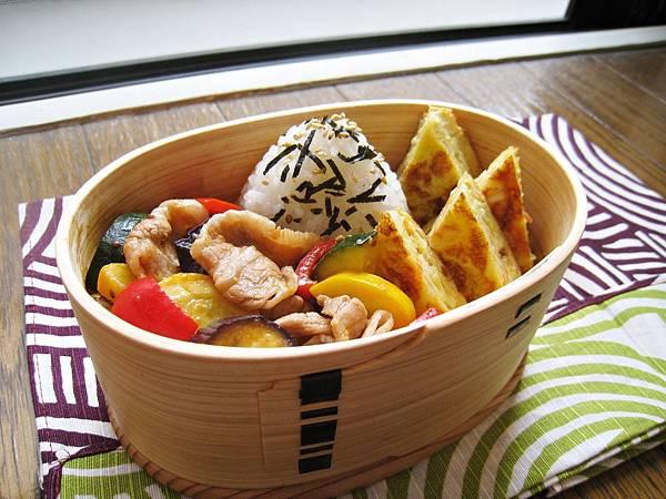 清冰箱便當:夏季鮮蔬炒肉片、高麗菜肉燥蛋餅、芝麻海苔飯糰