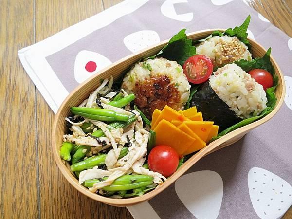 【愛妻便當圖解-45】蔥肉味噌烤飯糰、金針花海苔雞絲沙拉、涼拌南瓜