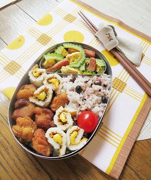 【愛妻便當圖解-46】偽炸雞塊、紫蘇起司竹輪捲、苦瓜豆腐炒什錦、十六榖米飯
