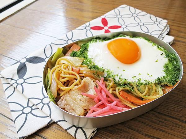 深夜食堂的日式調味醬炒麵,配荷包蛋和青海苔