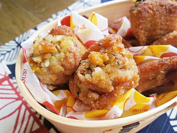 烤雞翅包鮪魚洋蔥蛋炒飯