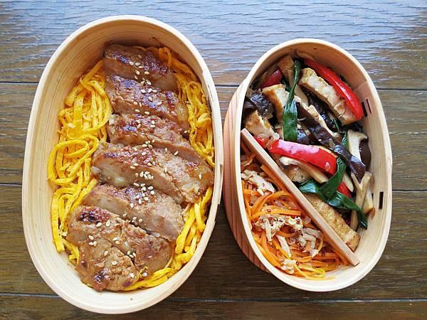 【愛妻便當圖解-53】香煎味噌豬排、杏鮑菇黑木耳炒油豆腐、胡蘿蔔洋蔥鮪魚沙拉
