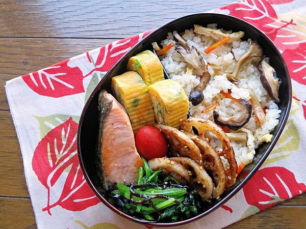 【愛妻便當圖解-55】秋色便當:鮮菇炊飯、鹽燒秋鮭、香煎藕片、青蔥玉子燒、昆布拌菠菜