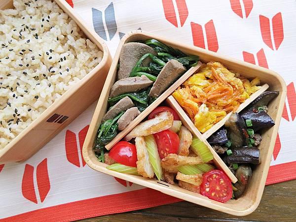 台式自助餐風便當:西芹炒甜不辣、豬肝炒菠菜、魚香茄子、胡蘿蔔炒蛋、黑芝麻糙米飯
