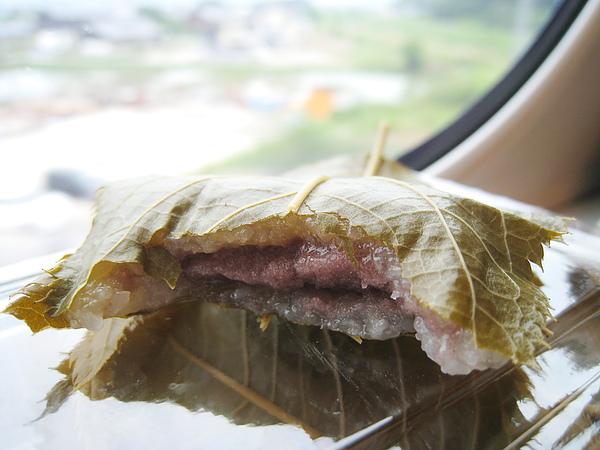 兩片鹽漬櫻葉軟硬鹹度適中,紅豆和糯米餡的比例也抓的剛剛好,吃完齒頰留香