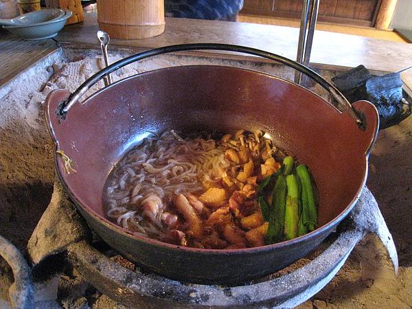 火鍋第二輪我又加了蒟蒻、豆腐、大蔥、雞肉,其他的料我們兩人全力奮戰還是吃不完
