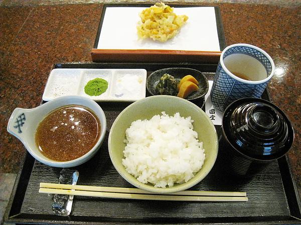 和最後一道綜合天婦羅一起上桌的是漬物、紅味噌湯、白飯