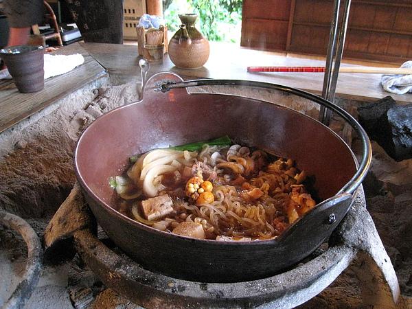 雞肉火鍋裡有雞肉、大蔥、蒟蒻、舞茸、鴻喜菇、豆腐、洋蔥....