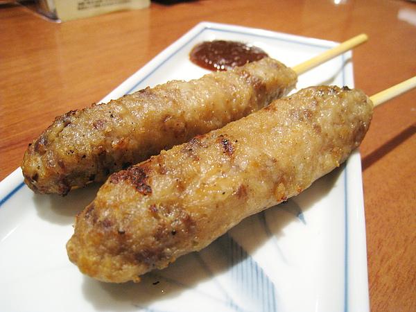 單點的牛舌丸子佐味噌醬,一份兩串400円,我超愛