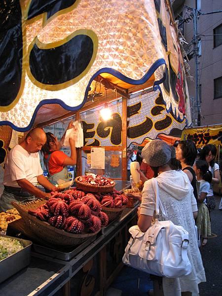 章魚燒老闆很會做生意,攤子上放了超大章魚吸引顧客