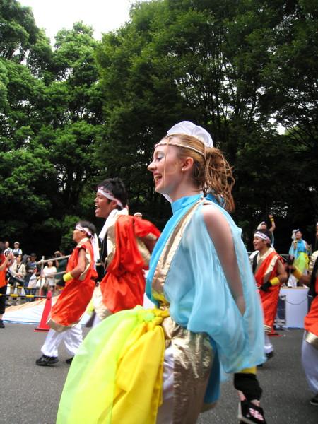 也有不少外國人參加舞團