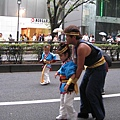 這個小朋友好像有視力障礙,由大人牽著跳舞