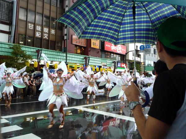雨勢稍微緩和,我們决定很熱血的留下來看森巴舞表演