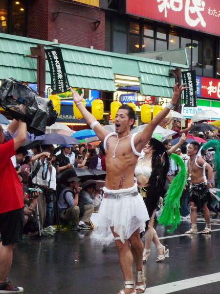 這位男舞者的舞姿和身材都散發出獨特媚態