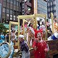 畫框裡的女郎和畫框外的小丑都很有喜感