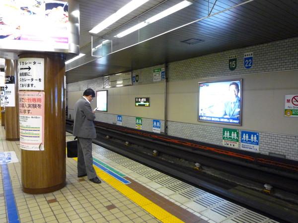 搭電車去下榻飯店。JR電車月台跟東京好像沒兩樣