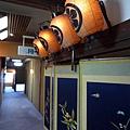 穿廊掛著字畫和燈籠