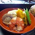 便當裡的「煮付け」,包括蝦、南瓜、子竽、豌豆筴、高野豆腐等