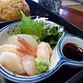 生魚片組合裡有生魚數片、干貝一個、甜蝦兩隻,每樣都很新鮮