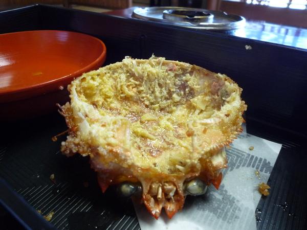 蟹肉餅是用螃蟹的殼當容器,全部吃完長這樣