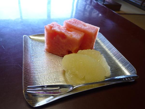 餐後水果是西瓜和葡萄柚。西瓜很甜,但好像還差台灣的一點