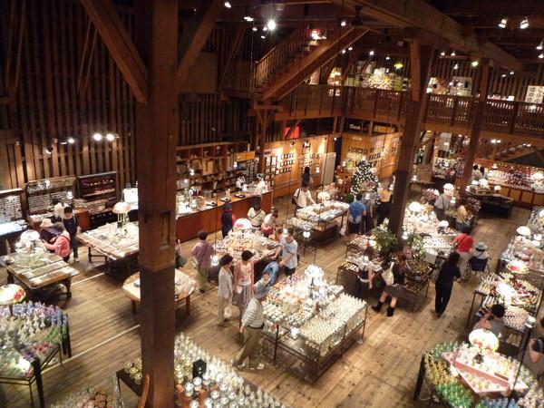 小樽音樂盒堂是由明治時代的磚造倉庫改建而成,外觀是紅磚,內部則是由櫸木骨架