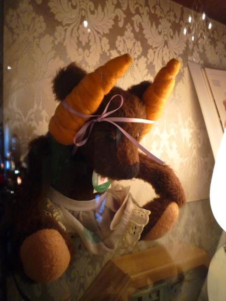 這隻熊頭上戴的是胡蘿蔔耶
