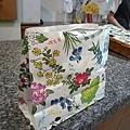 由大師坂本直行設計的六花亭購物紙袋,滿街都是
