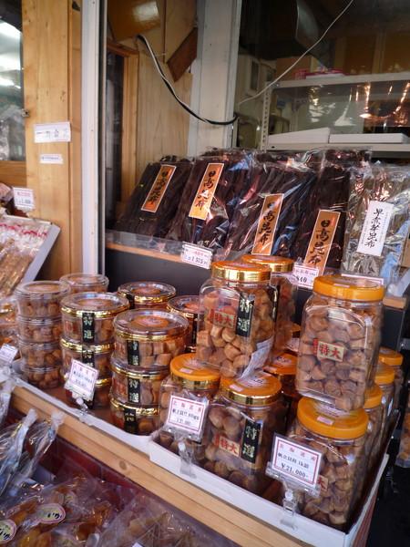 也有賣許多海產乾貨,干貝海帶之類的