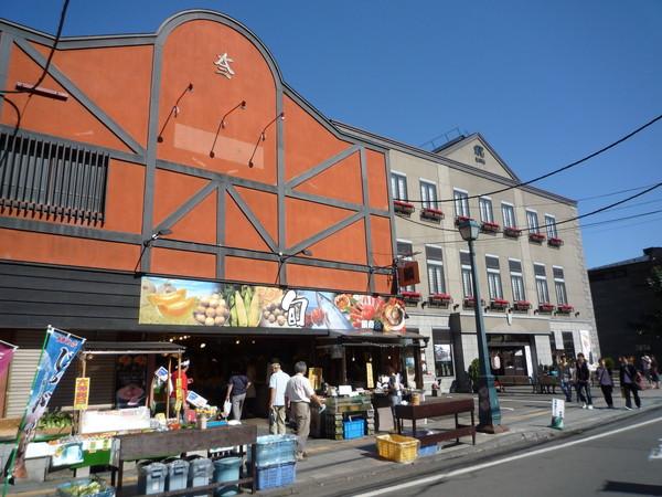 這棟紅磚房裡是生猛海鮮店,外面擺了攤賣哈密瓜、玉米和烤扇貝