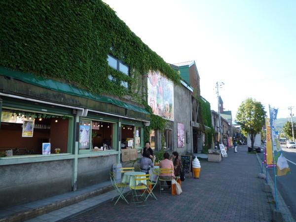這一帶有許多舊倉庫改建的咖啡店和手工藝品店