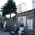 運河旁有許多小攤販,為遊客現場畫人像或販售風景畫作