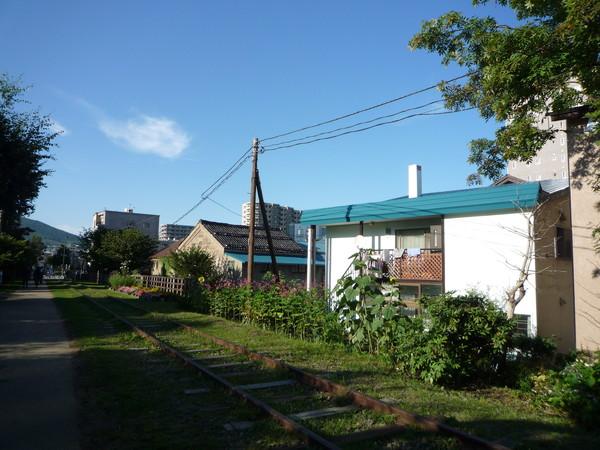 這戶人家的後院正對鐵軌,經過時女主人剛好出來曬衣服